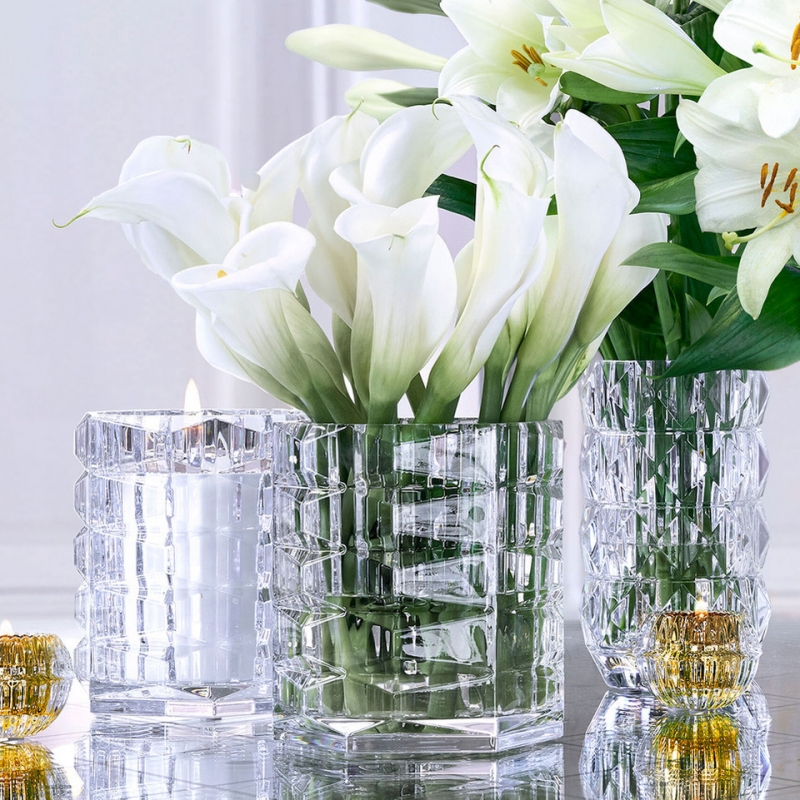 A multi-faceted design, the GRAND LOUXOR is very much in the mood of the times. Now a vase, now an object of decoration or a table centrepiece, the delicately cut silhouette is adorned with infinite pyramids of light. Price €850